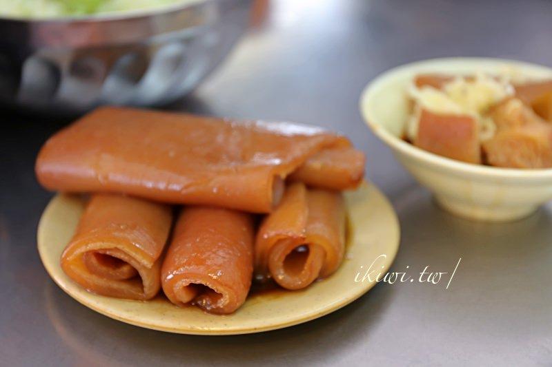 彰化天公壇爌肉飯 媽媽家常料理,豬肉、豬皮醬色惹人喜愛,燉露選擇性也多